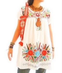 Blusón con motivos tradicionales bordados a mano por indígenas mexicanos.